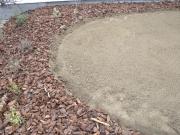 aj takto sa dá riešiť okraj trávnika, po vzídení semena sa ryha zasype kôrou pre pohodlnejšiu údržbu, každoročne však bude potrebné ryhu obnovovať, trávnik bude zarastať