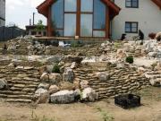 skalka tvorená kombináciou rôznych foriem kameňa