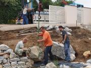 ukladanie kameňa do skalky